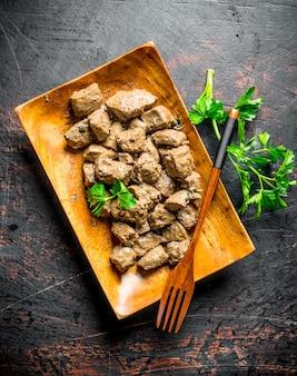 Foie frit au persil. sur table rustique sombre