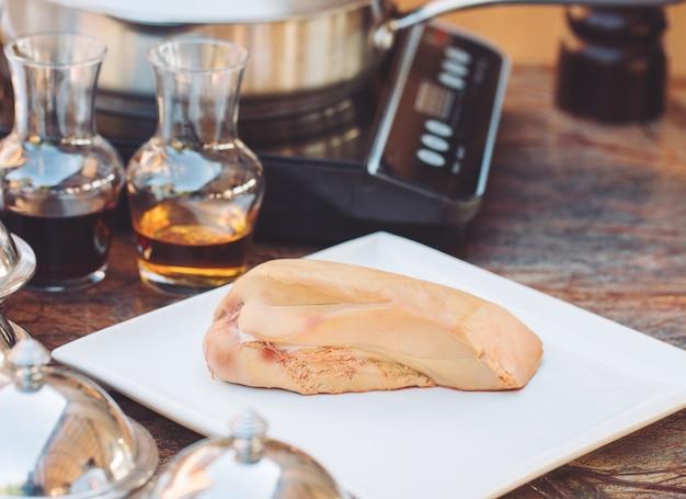 Foie gras d'oie sur une planche de bois au restaurant avant la cuisson.