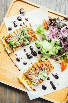 Foie gras sur le pain avec sauce