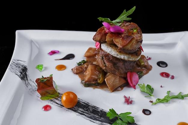 Foie gras sur une plaque blanche