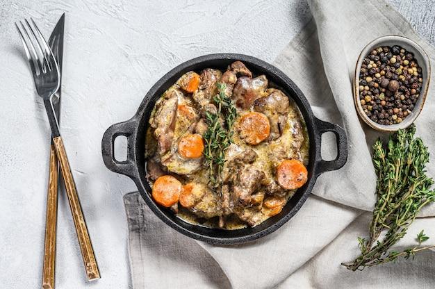 Foie de poulet au four, abats aux oignons dans une poêle