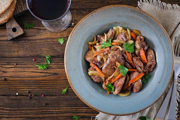 Foie de poulet frit avec des légumes. la nourriture saine. vue de dessus. pose à plat