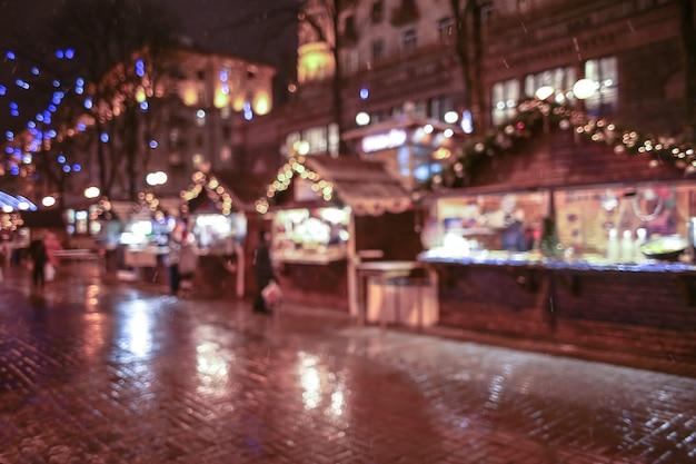 Foire de noël en ville la nuit, arrière-plan flou