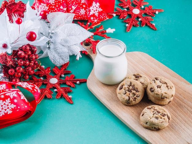 Folioles colorées avec des biscuits sur la table
