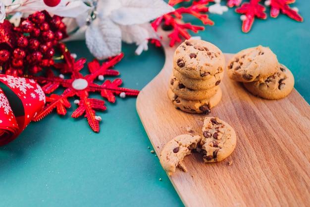 Folioles colorées avec des cookies à bord