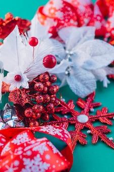 Folioles colorées avec flocon de neige rouge