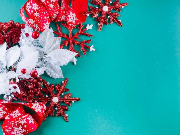 Folioles colorées avec des flocons de neige sur la table