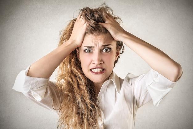 Folle femme stressée