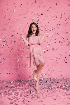 Folle de tout le corps impressionné par les confettis air scream félicitations