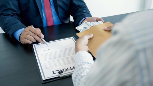 Les fonctionnaires du gouvernement signent à la main le contrat et reçoivent des pots-de-vin d'un homme d'affaires