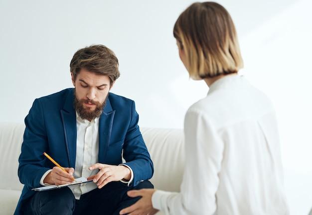 Fonctionnaires de travail d'équipe de communication homme et femme d'affaires