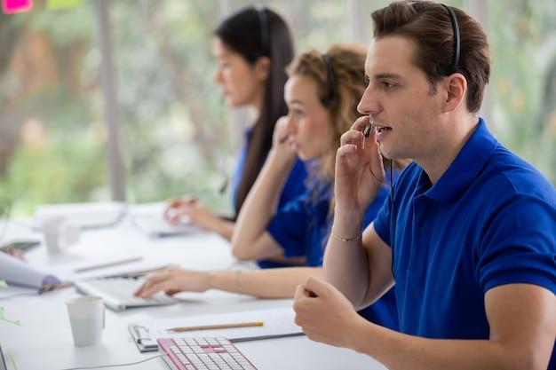 Le fonctionnement du service client au centre d'appels résout le problème du client de la société de services