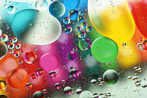 Fond abstrait de bulle, gouttes multicolores colorées d'huile sur l'eau, espace sacré,