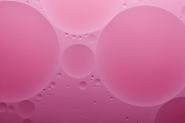 Fond abstrait de couleur d'eau et d'huile basé sur la vraie photo de cercles et d'ovales de couleur rose rose