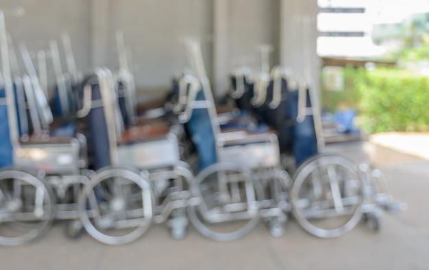 Fond abstrait flou de fauteuils roulants manuels ou automoteurs dans le hall de l'hôpital