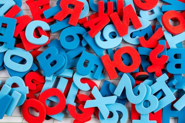Fond d'alphabet de lettres et chiffres colorés