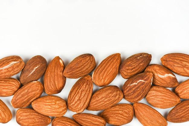 Fond d'amandes et espace de copie - gros plan sur un aliment protéiné naturel aux noix d'amande et pour la collation, mise au point sélective de la vue de dessus