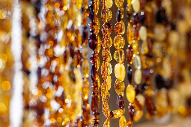Fond ambré de perles et colliers au marché de l'artisanat