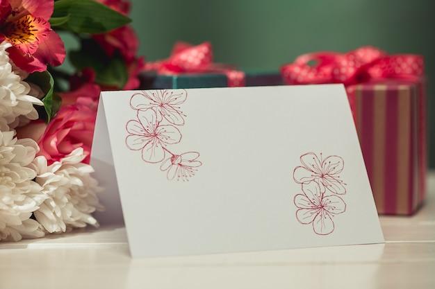Fond d'amour avec roses roses, fleurs, cadeau sur table