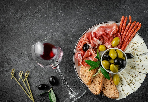 Fond d'apéritifs avec verre de vin rouge. vue de dessus, copiez l'espace.