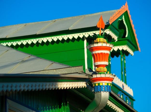 Fond d'architecture folklorique de drain de toit russe