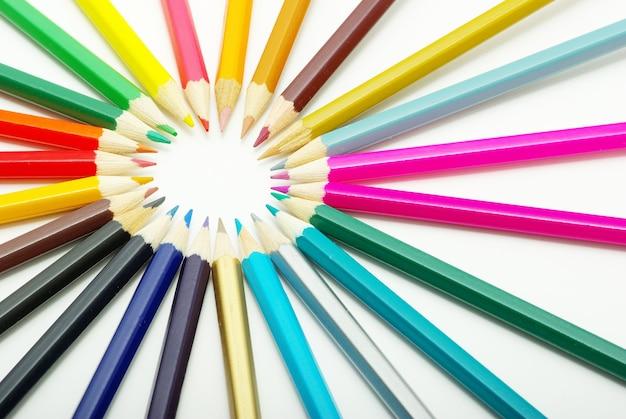Fond avec assortiment de crayons de couleur sur blanc