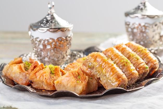 Fond avec assortiment de desserts orientaux traditionnels. différents bonbons arabes