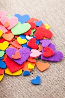 Fond d'autocollants coeurs colorés. décorations de la saint-valentin. coeurs divers