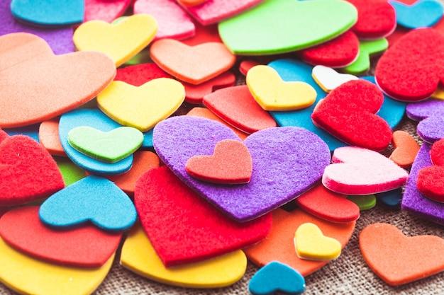 Fond d'autocollants coeurs colorés. décorations de la valantine. coeurs divers