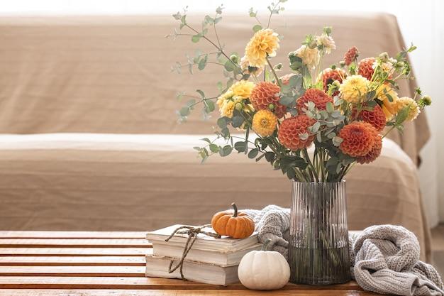 Fond d'automne avec un bouquet de chrysanthèmes et de citrouilles copy space