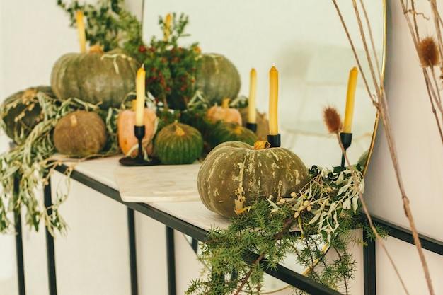 Fond d'automne avec citrouille bouchent sur table