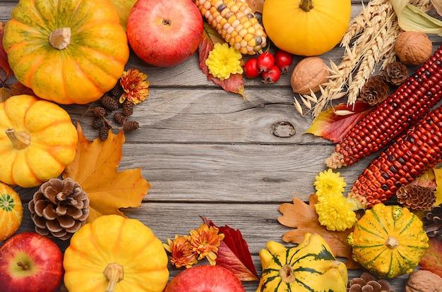 Fond d'automne avec citrouilles, vue de dessus, espace copie.