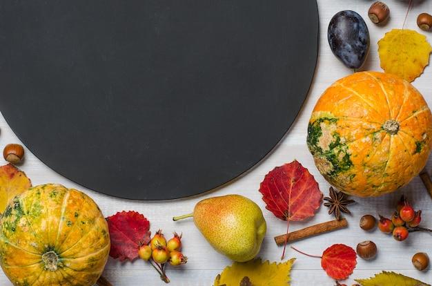 Fond automne clair avec un tableau de craie. lay plat.