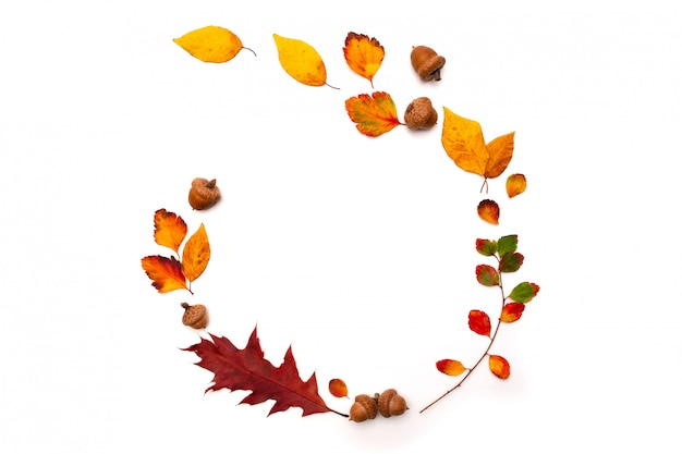 Fond d'automne avec un décor naturel. couronne faite de feuilles d'automne séchées. mise à plat, vue de dessus. copiez l'espace pour les promotions et remises saisonnières. automne, concept de jour d'action de grâces