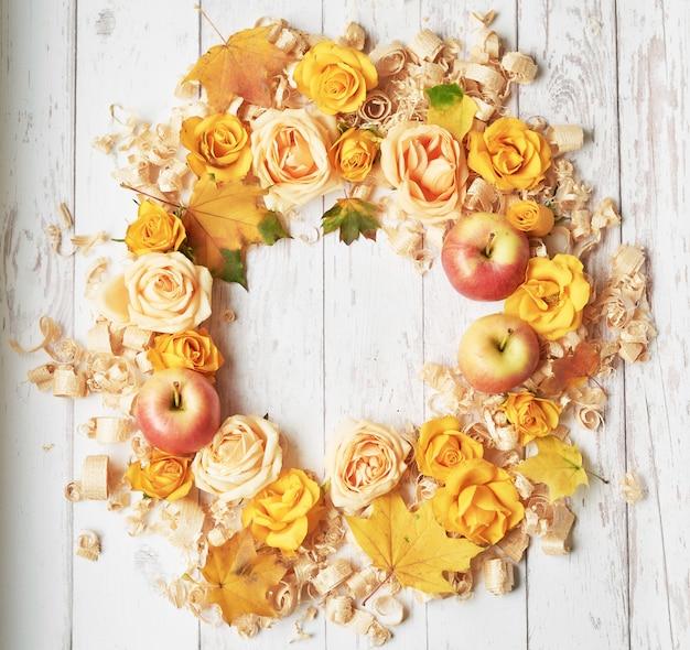 Fond d'automne de feuilles, de pommes et de fleurs.