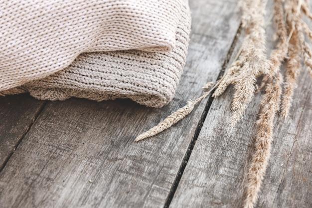 Fond d'automne ou d'hiver. pile de pulls en laine tricotés confortables sur table en bois