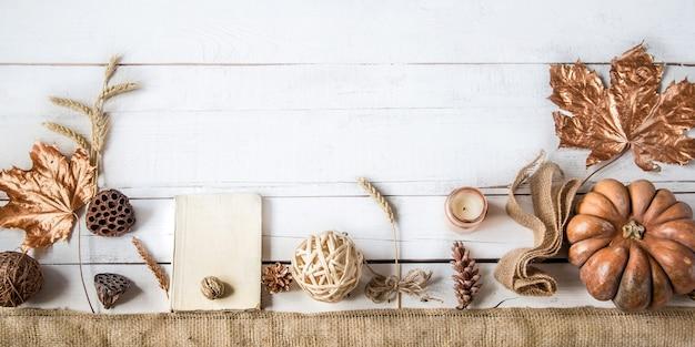 Fond d'automne avec des objets décoratifs et citrouille.