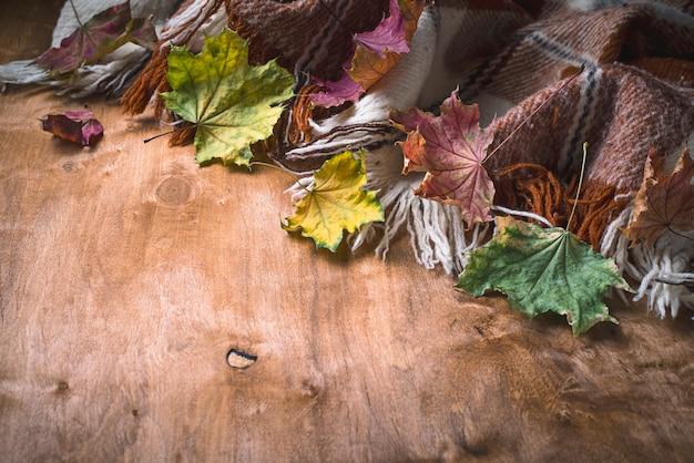 Fond d'automne avec plaid et feuilles