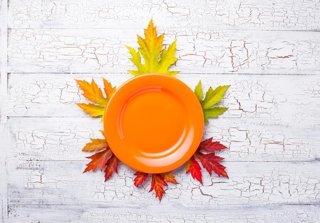 Fond d'automne avec plaque et feuilles