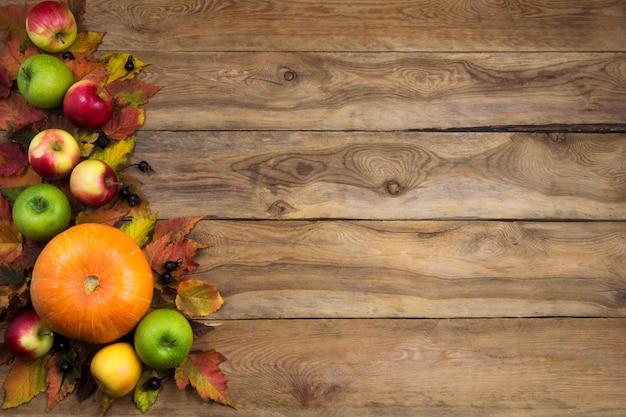 Fond d'automne avec des pommes vertes, rouges et jaunes