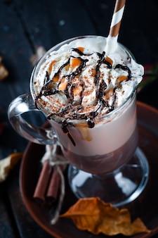 Fond d'automne avec une tasse de café chaud