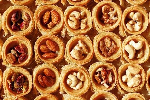 Fond de baklava dessert arabe traditionnel avec du miel et des noix