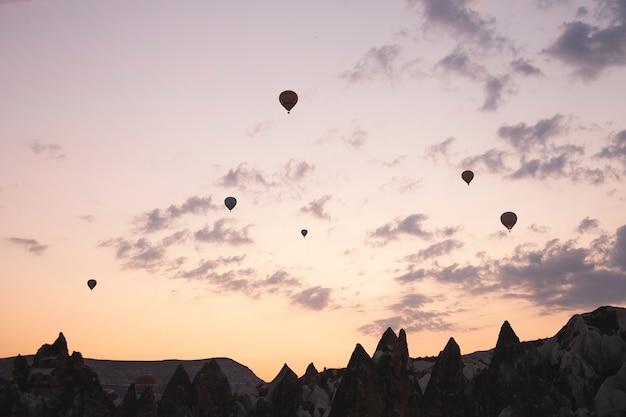 Fond de ballons volants dans le ciel de la cappadoce vacances en turquie voyage pendant une pandémie