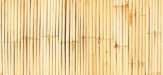 Fond de bambou de mur jaune.