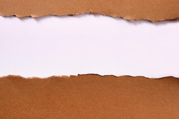 Fond de bande de papier brun déchiré blanc