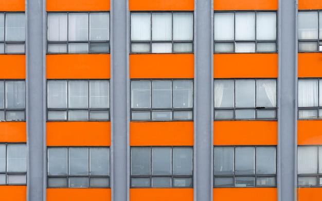 Fond de bâtiment orange et gris avec extérieur d'architecture de grille de fenêtre dans un style rétro vintage