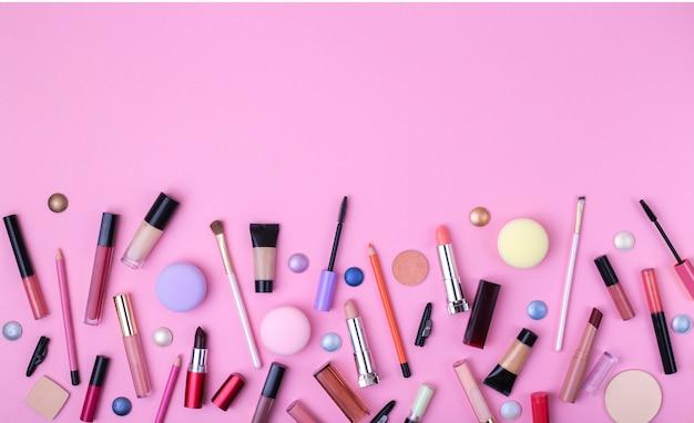 Fond de beauté avec des produits cosmétiques sur fond rose