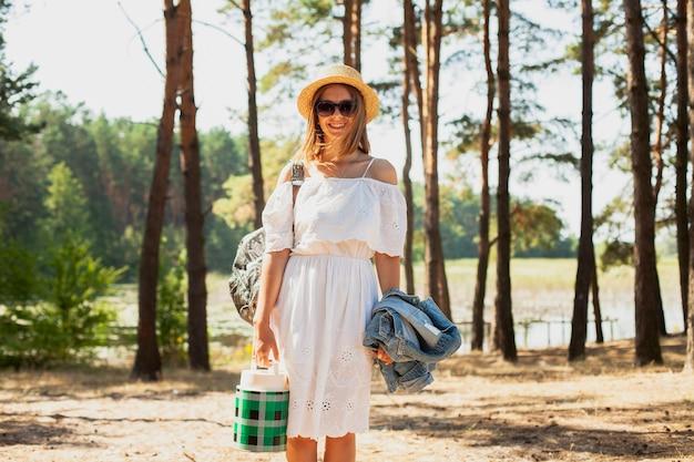 Fond de belle forêt avec une femme en robe blanche