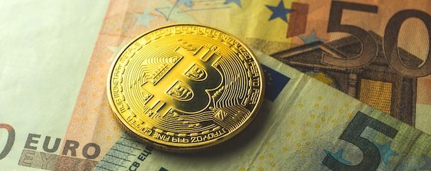 Fond de billets de banque en bitcoins et en euros, échange de pièces de monnaie cryptographique et commerce en europe concept bannière photo