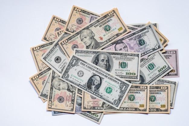 Fond de billets de dollars américains sur fond blanc.